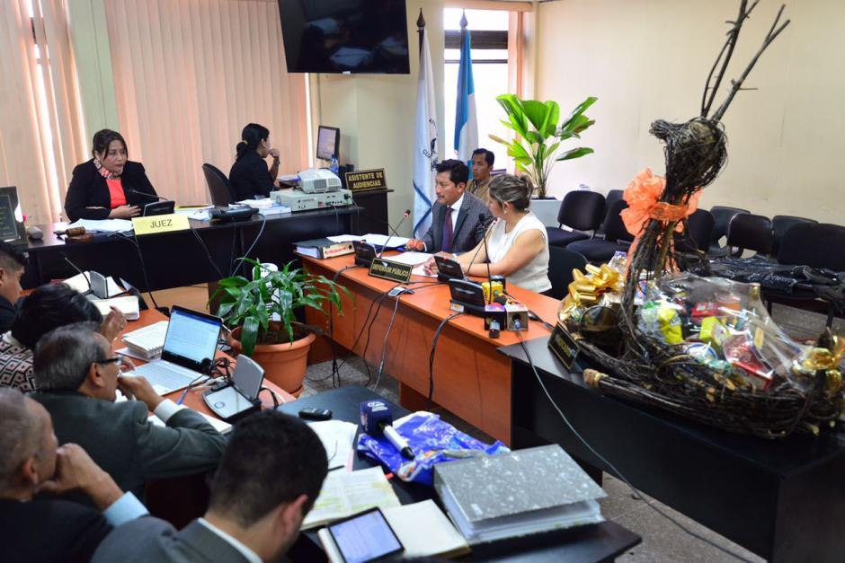 La jueza Silvia de León escuchó a la acusada quien presentó las canastas navideñas que entregó al Registro de la Propiedad. (Foto: Jesús Alfonso/Soy502)