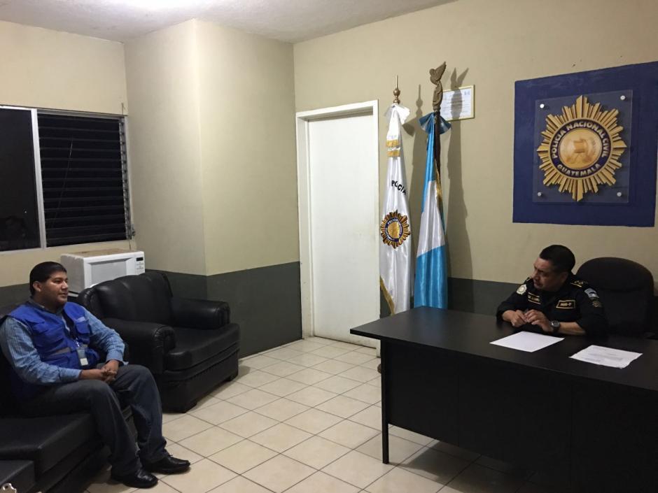 Abner Paredes Defensor de la Juventud realizó la supervisión en Comisarías de PNC. (Foto: PDH)