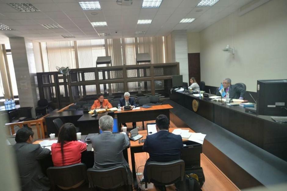 El abogado defensor de Enrique Castellanos Rojas lució un color muy llamativo para  asistir a tribunales. (Foto: Wilder López/Soy502)