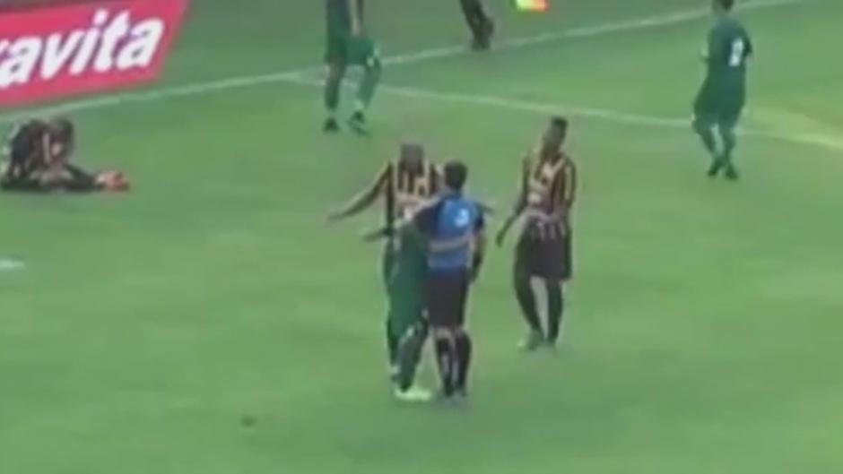 ABRAZO de jugador a árbitro EN BRASIL
