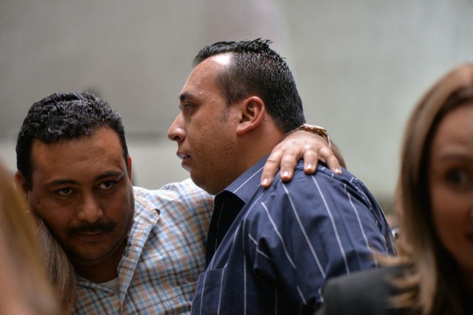 Luego que el juez dictara receso, varios de los beneficiados se abrazaron. (Foto: Wilder López/Soy502)