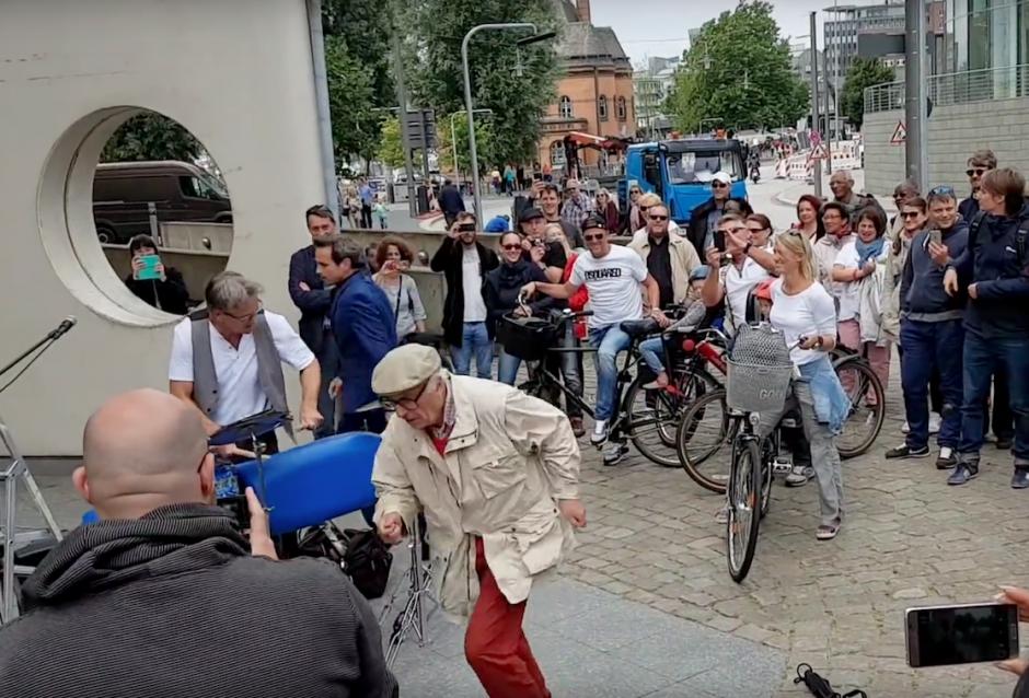 Las imágenes fueron captadas en una calle de Hamburgo, Alemania.  (Foto: Captura de YouTube)