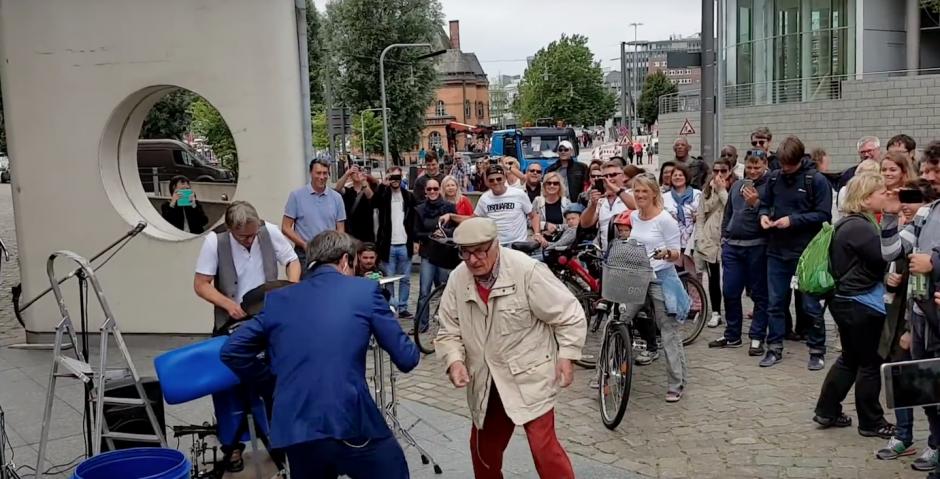 El señor captó la atención de los presentes. (Foto: Captura de YouTube)