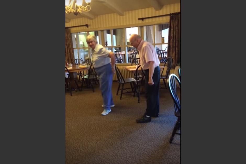 La pareja de abuelitos enternece las redes sociales con su baile. (Imagen: captura de YouTube)