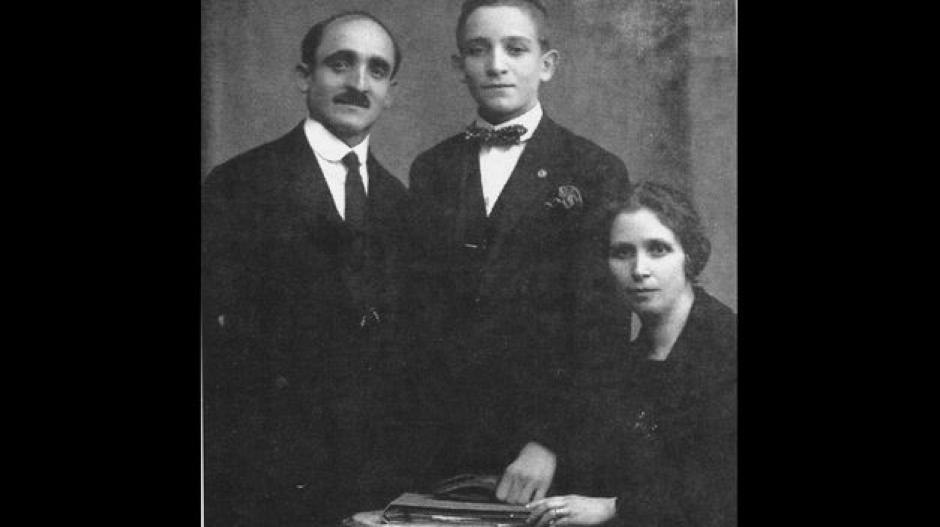 El joven Jorge Mario con sus abuelos. El Papa Francisco es de ascendencia italiana.