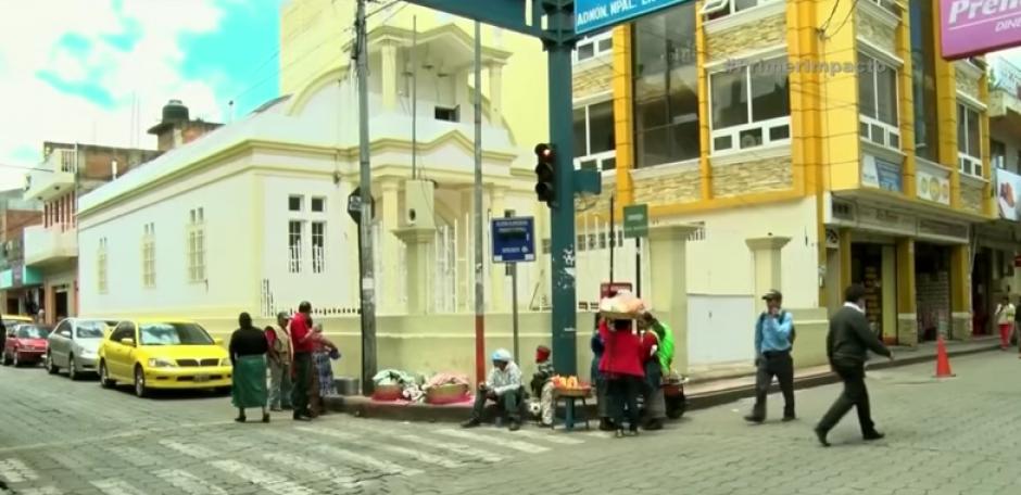Frente a la iglesia Santa María en el centro de San Pedro Sacacatepéquez, San Marcos se ubica Carlos con su carreta. (Foto: Captura de YouTube)