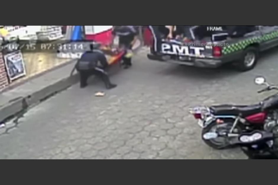 Este fue el momento en el que los policías municipales, se llevan la carreta de mano con el producto de venta del adolescente.  (Foto: Captura de YouTube)