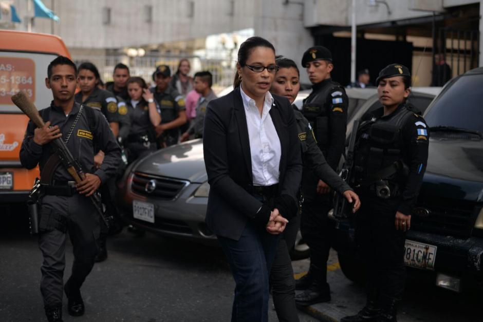 Roxana Baldetti tuvo que caminar un pequeño trayecto para buscar la patrulla que la llevó a prisión. (Foto: Wilder López/Soy502)