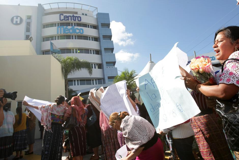 Decenas de personas, entre empleados públicos y personas particulares llegaron a las afueras del hospital con pancartas de supuesto apoyo a la vicepresidenta Baldetti. (Foto: Luis Barrios/Soy502)