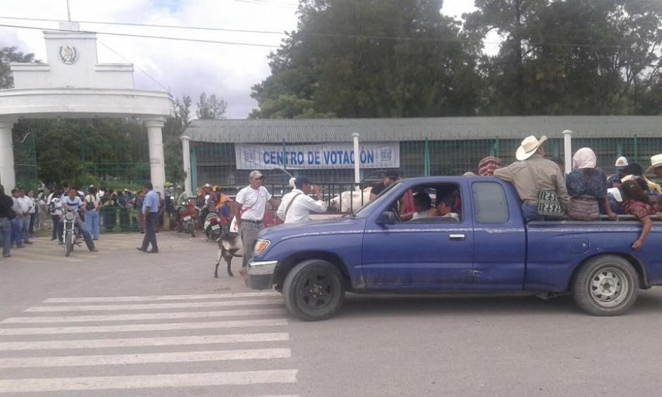 En Salamá, denuncian acarreo de votantes por parte del hermano del actual alcalde. (Foto: Usuario Soy502).