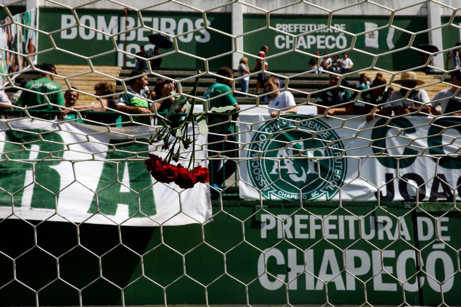 En la Arena Condá miles llegaron para alentar y rendir homenaje a los jugadores fallecidos. (Foto: Twitter)