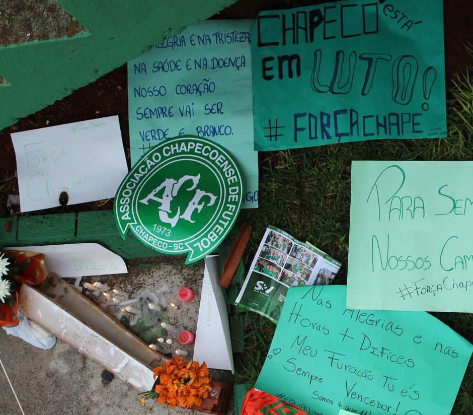Pancartas y recuerdos para los jugadores fallecidos. (Foto: AFP)