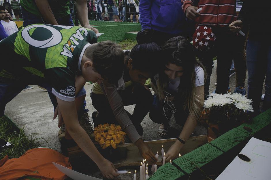 No faltaron las ofrendas y los homenajes para los jugadores fallecidos. (Foto: AFP)