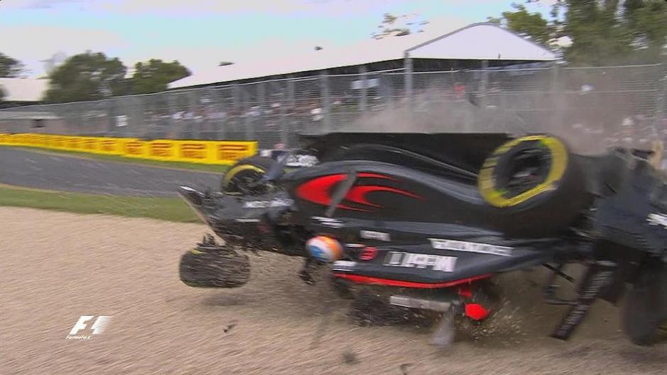 El piloto español dio dos vueltas en el aire antes de caer sobre la arena. (Foto: Youtube)