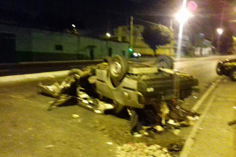 El vehiculo se encuentra volcado sobre la 24 calle y avenida Petapa de la zona 12. (Foto: Dalia Santos/PNC)