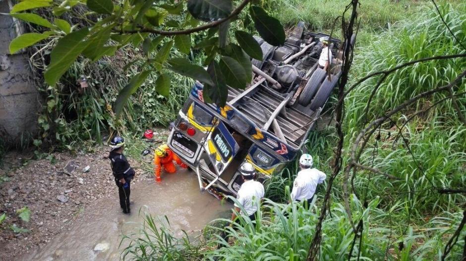 Un autobús cayó en una hondonada en San Pedro Ayampuc. (Foto: @Noticiaspanoram)
