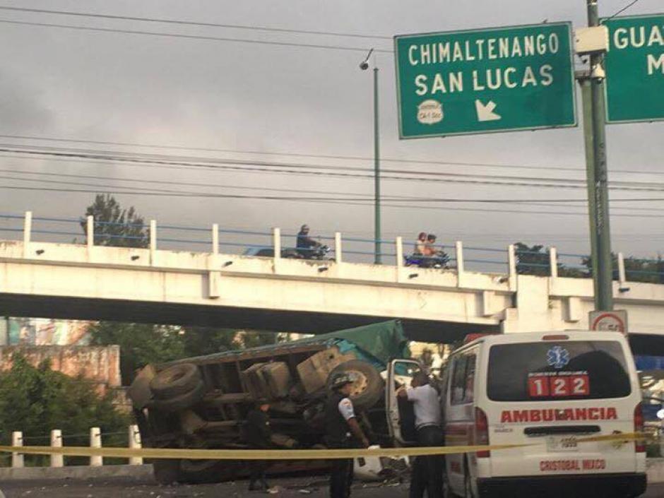 El camión que se dirigía hacia el CEMNA perdió el control sobre el carril auxiliar de ingreso a San Cristóbal. (Foto: Bomberos Voluntarios)