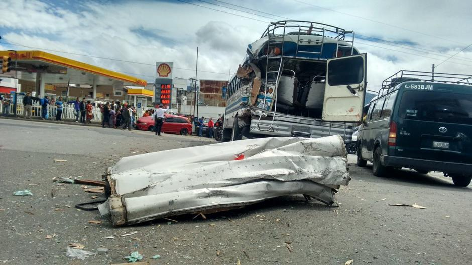 Un autobús estuvo involucrado en el accidente de tránsito. (Foto: @stereo100Xela)
