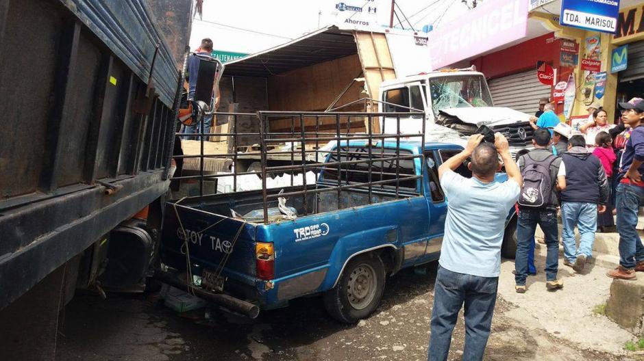 Ocho vehículos estuvieron involucrados en el percance vial. (Foto: @stereo100Xela)