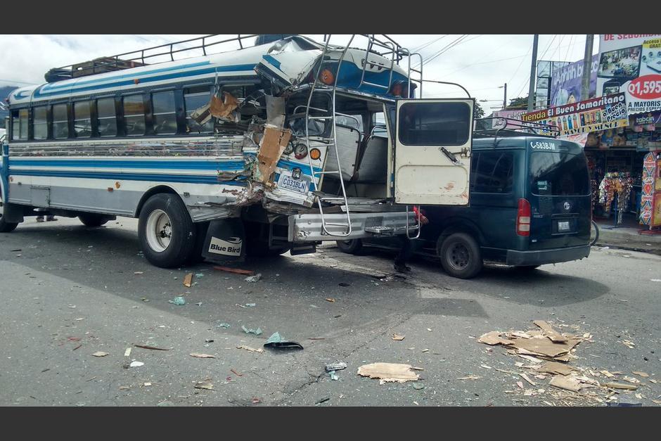 Al menos tres personas resultaron heridas en un accidente de tránsito en Cuatro Caminos. (Foto: @stereo100Xela)