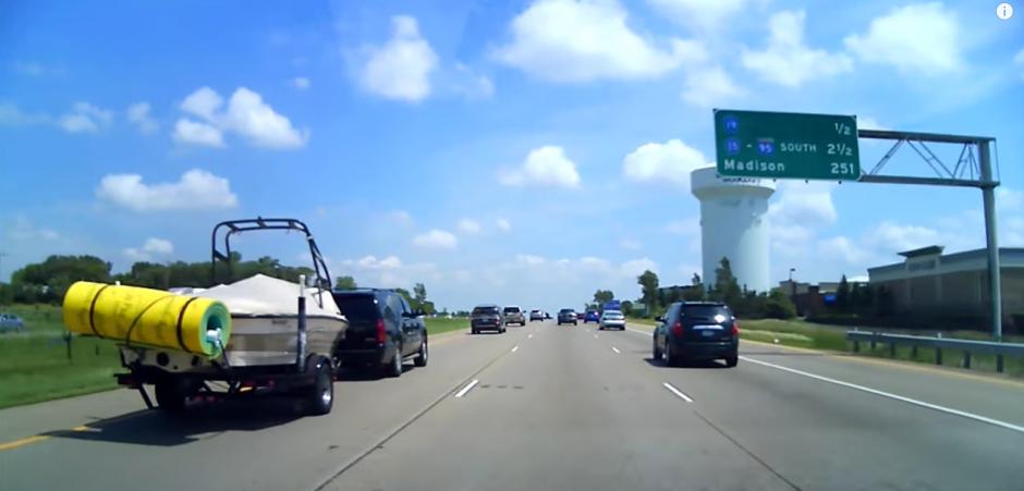 Un vehículo transporta una lancha, y una esponja de gran tamaño se desprende provocando un accidente. (Captura de pantalla: Linda L/YouTube)