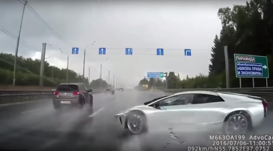 El auto deportivo iba a excesiva velocidad sobre el asfalto mojado. (Imagen: Captura de YouTube)