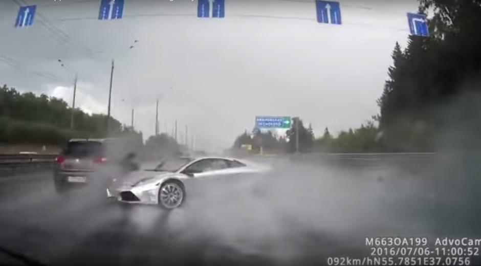 En el video puede verse cómo gira sobre la carretera. (Imagen: Captura de YouTube)