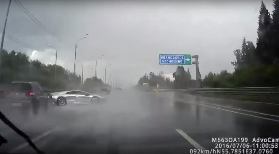 El carro deportivo impacta levemente contra otro. (Imagen: Captura de YouTube)