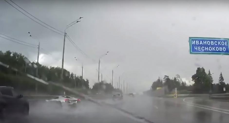 El Lamborghini choca contra el separador de vías. (Imagen: Captura de YouTube)