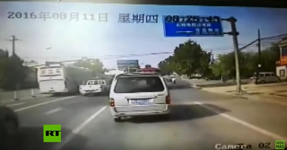 Los vehículos circulaban con tranquilidad. (Captura de pantalla: RT en Español/YouTube)