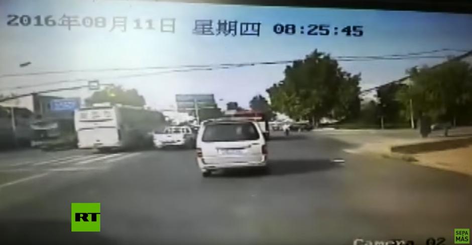 En una de las calles laterales se aproxima un camión a toda velocidad. (Captura de pantalla: RT en Español/YouTube)