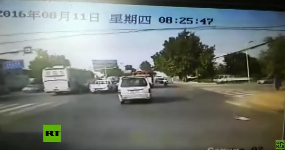 El camión se pasa el alto. (Captura de pantalla: RT en Español/YouTube)