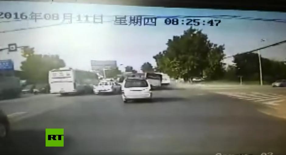 El camión choca contra dos autobuses. (Captura de pantalla: RT en Español/YouTube)
