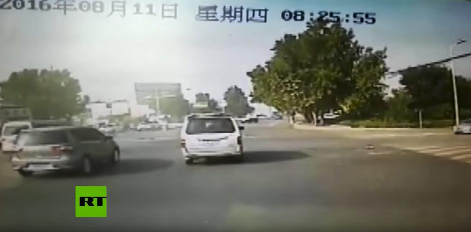 La imprudencia de un conductor en China provocó un accidente. (Captura de pantalla: RT en Español/YouTube)