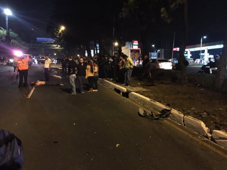 Dos personas perdieron la vida en un accidente de tránsito ocurrido la noche del sábado en la calzada Roosevelt. (Foto: @BomberosM_Mixco)