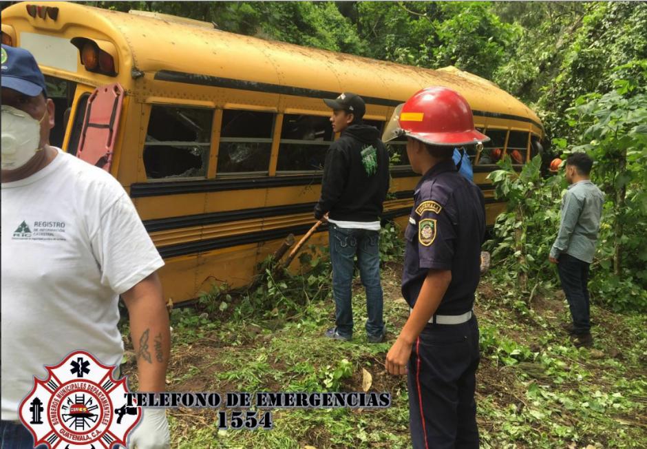 El bus se empotró contra un árbol. (Foto: Twitter/@CBMDEPTAL)