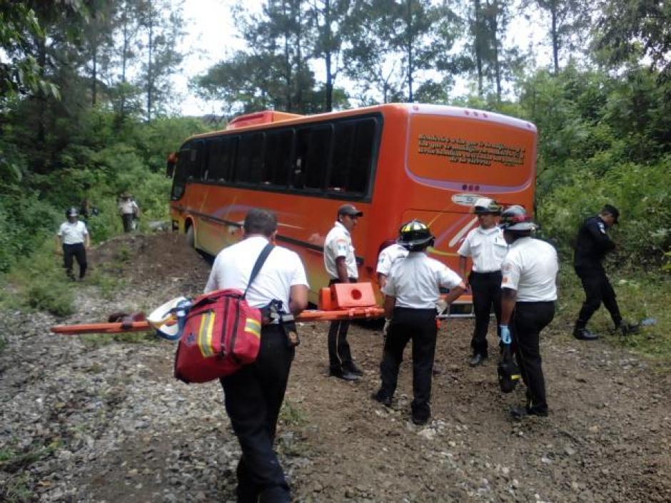 """Un autobús con turistas salvadoreños sufrió desperfectos mecánicos en bajada de """"Las Cañas"""". (Foto: @BVAntigua)"""