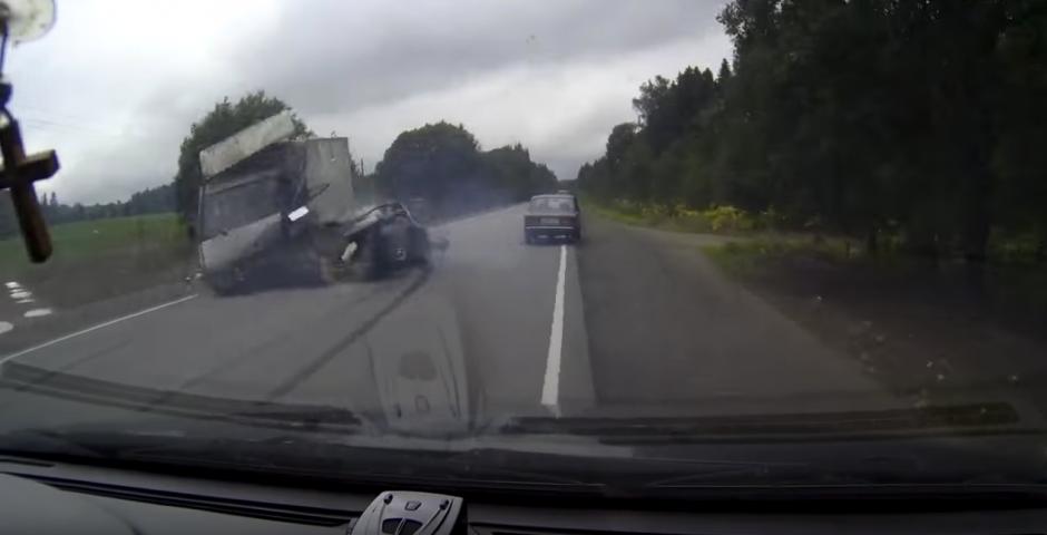 El camión los impacta de lado. (Captura de pantalla: M/YouTube)