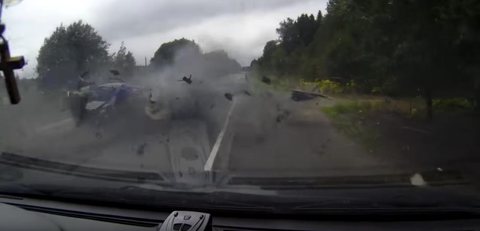 El camión golpea el vehículo y lo destruye. (Captura de pantalla: M/YouTube)