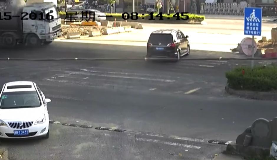 El carro se detiene al ver venir un camión. (Captura de pantalla: Rt en español/YouTube)