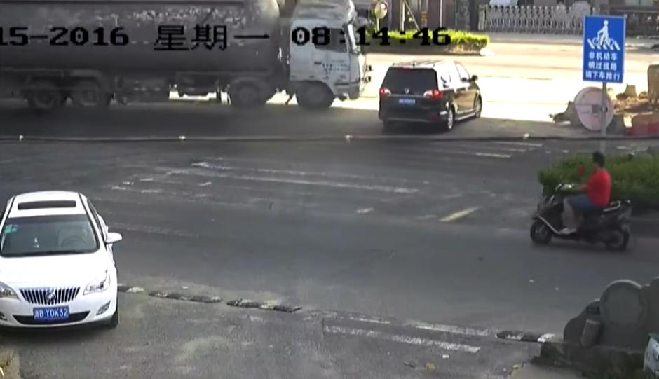 El piloto del camión no calcula y choca al vehículo. (Captura de pantalla: Rt en español/YouTube)