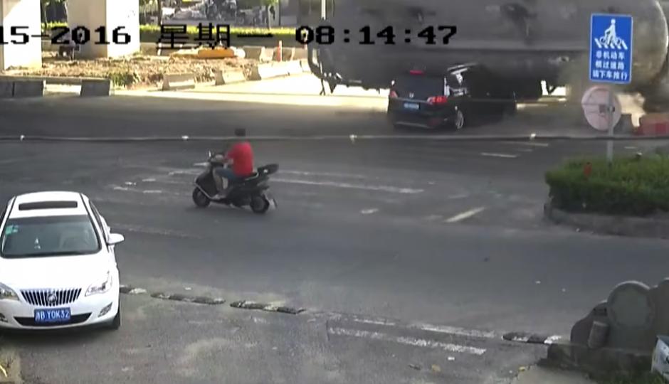 El camión pierde el control y choca. (Captura de pantalla: Rt en español/YouTube)