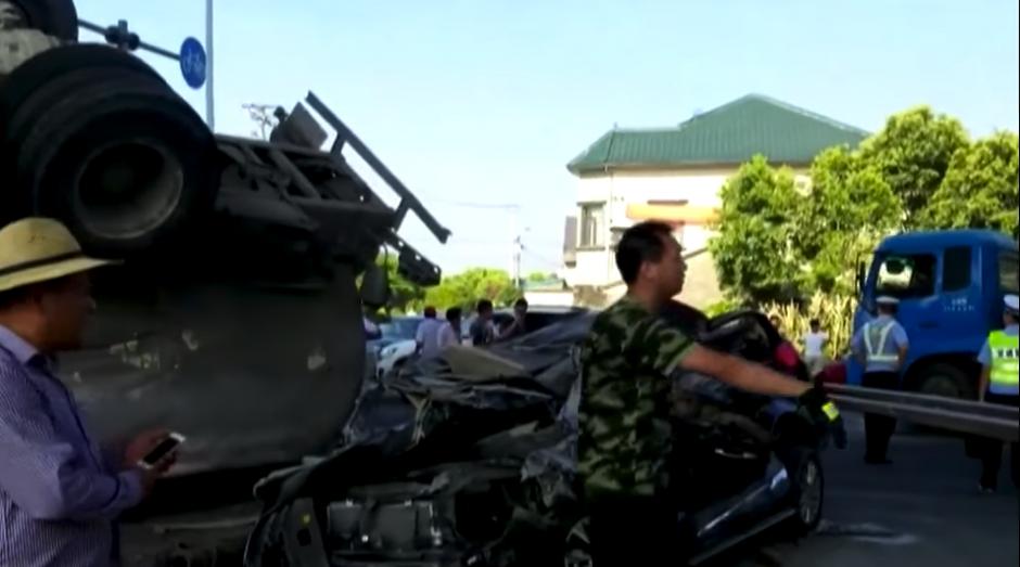 Dentro del carro iban dos personas que fueron llevadas a un centro asistencial. (Captura de pantalla: Rt en español/YouTube)