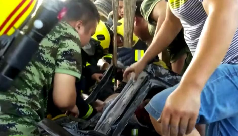 Para sacar a las personas fue necesario usar equipo especial. (Captura de pantalla: Rt en español/YouTube)