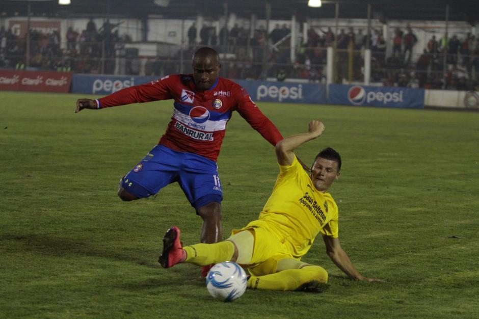 Orlando Moreira se barre y anticipa a Jhonny Brown, en el medio campo.(Foto: Nuestro Diario)