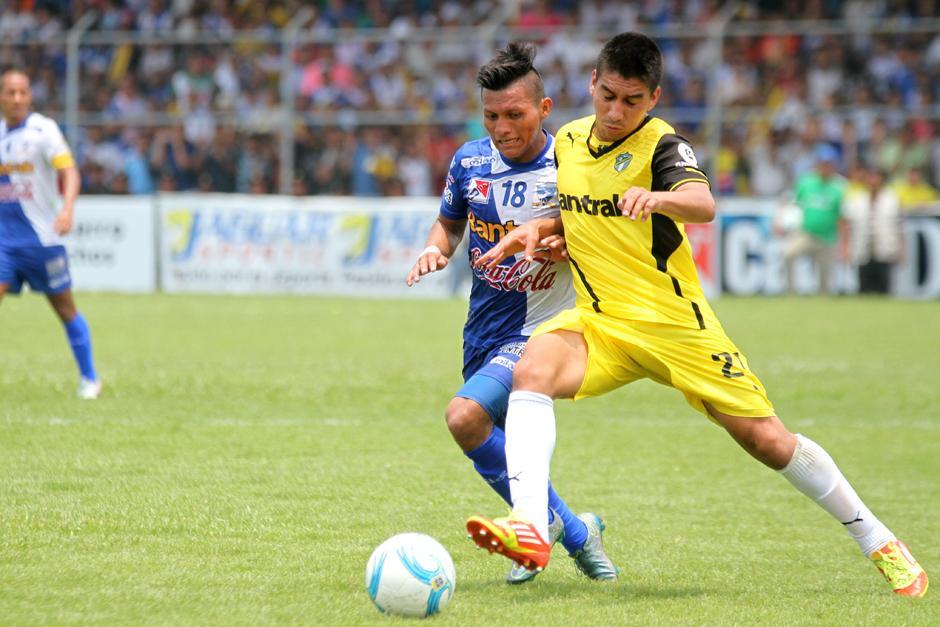 El juego tuvo momentos de lucha en la mitad del campo. (Foto: Luis Barrios/Soy502)