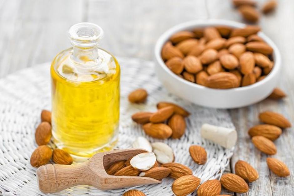 El aceite de almendras puede ayudarte a despejar tus oídos de cera. (Foto: Salud en casa)