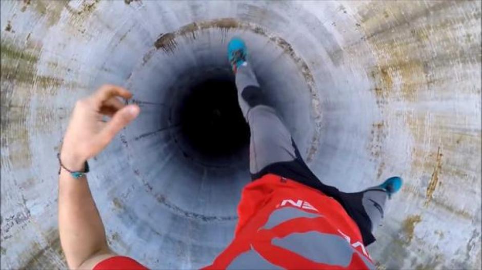 Flaviu Cernescu se colgó con un brazo desde una viga que atravesaba el centro de la torre. (Foto: YouTube)