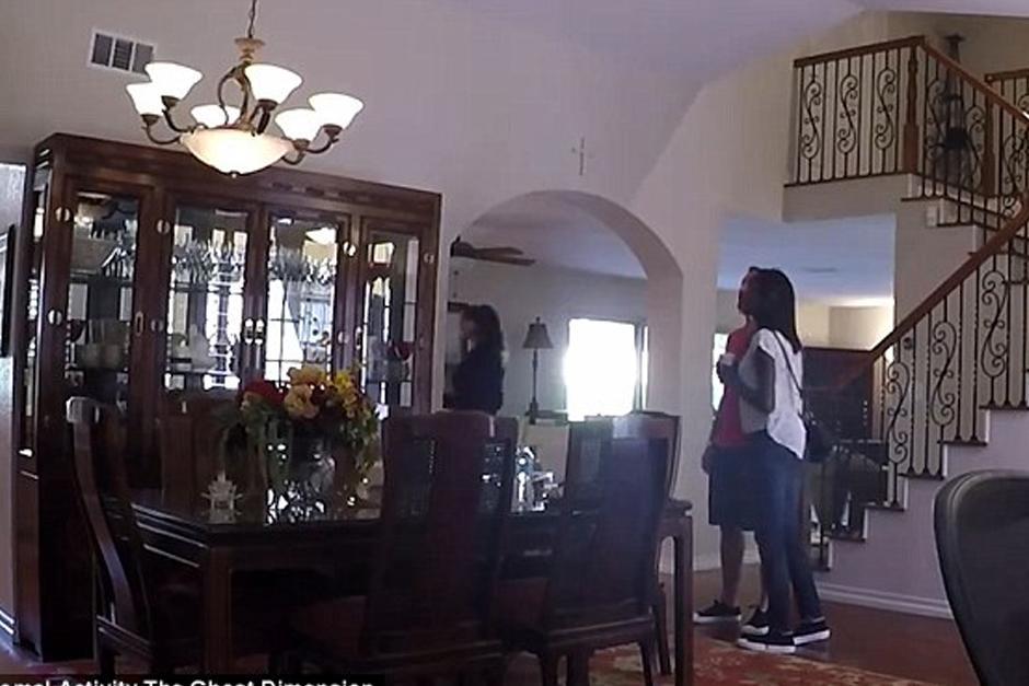"""Los visitantes de un """"open house"""" se llevaron el susto de su vida. (Foto: YouTube)"""