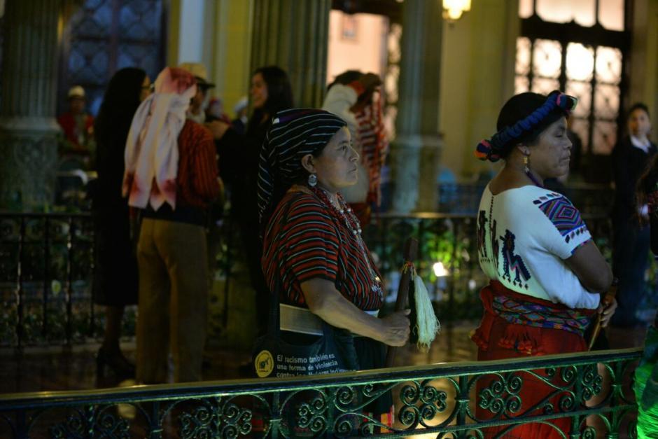 Los integrantes del Consejo Maya, Xinca y Garífuna tuvieron que estar de pie. (Foto: Wilder López/Soy502)